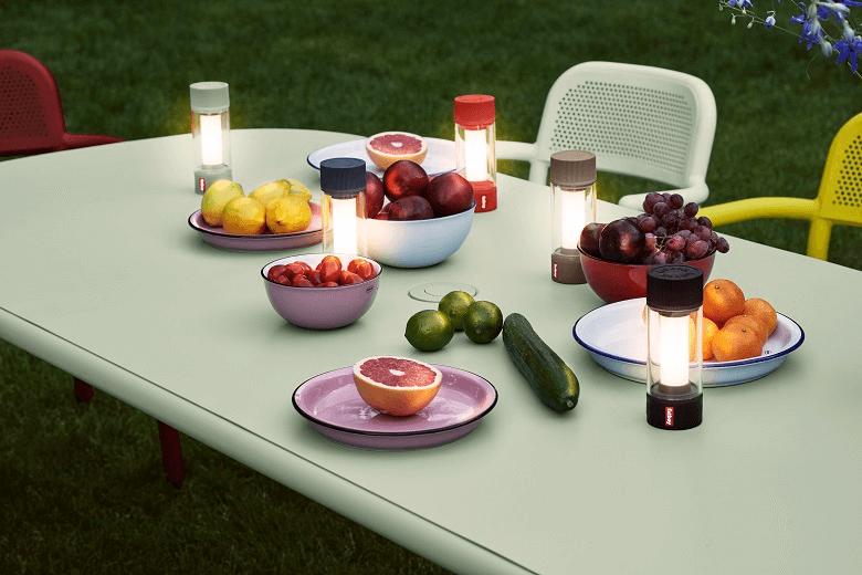 Mobile LED-Lampen auf einem Tisch