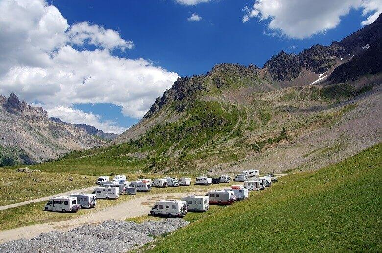 Wohnmobile am Col du Lautaret in den französischen Alpen