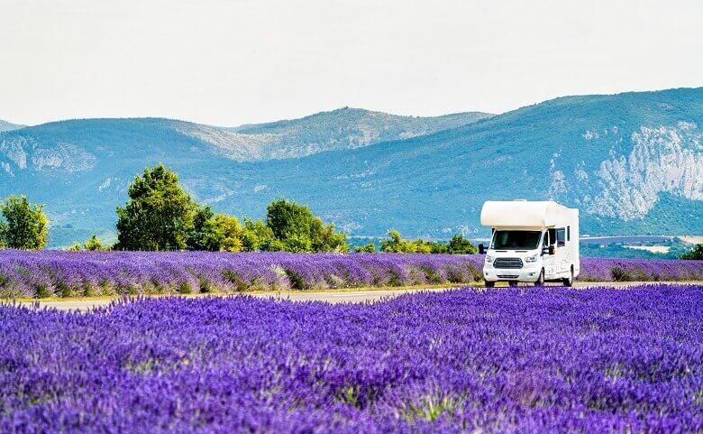 Wohnmobil an den Lavendelfeldern in der Provence