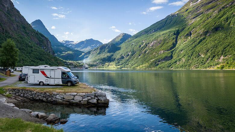 Öko-Camping: Wohnmobil parkt am Geiranger Fjord.