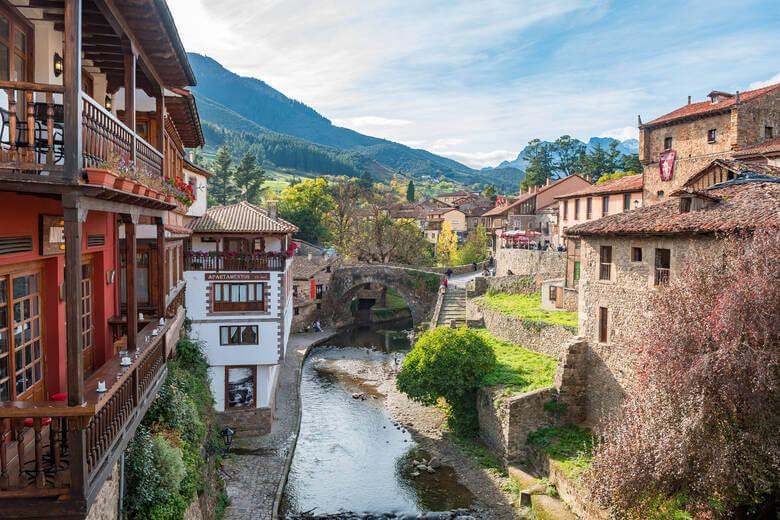 Das Bergdorf Potes in den Picos de Europa, Kantabrien, Spanien