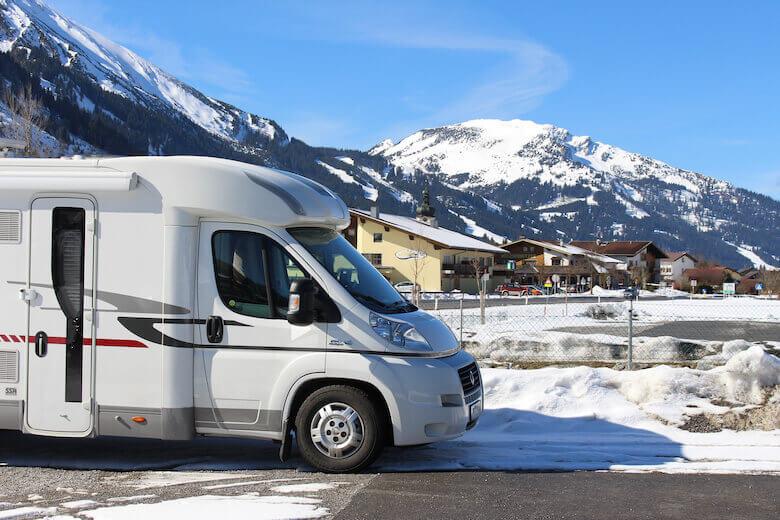 Wohnmobil-Tour planen – Wohnwagen parkt am Ski-Resort