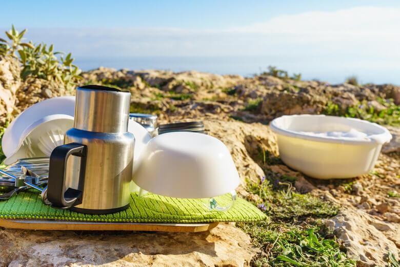 Geschirr mit Schüssel beim Camping
