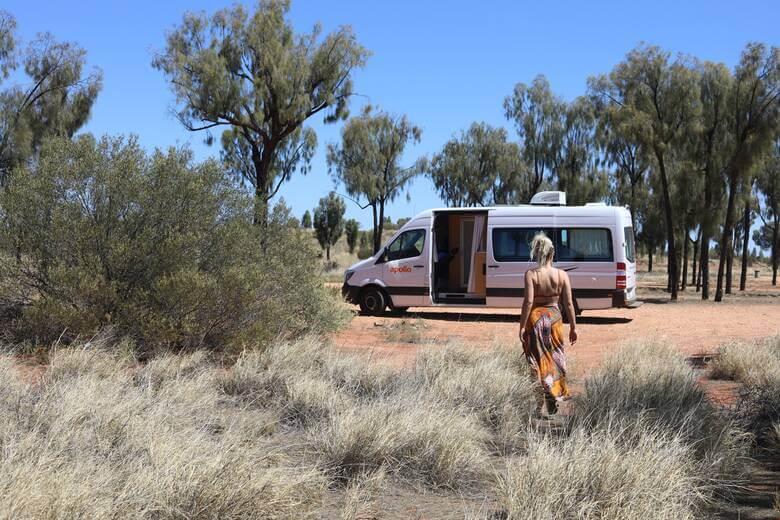 Frau mit Camper in Australien