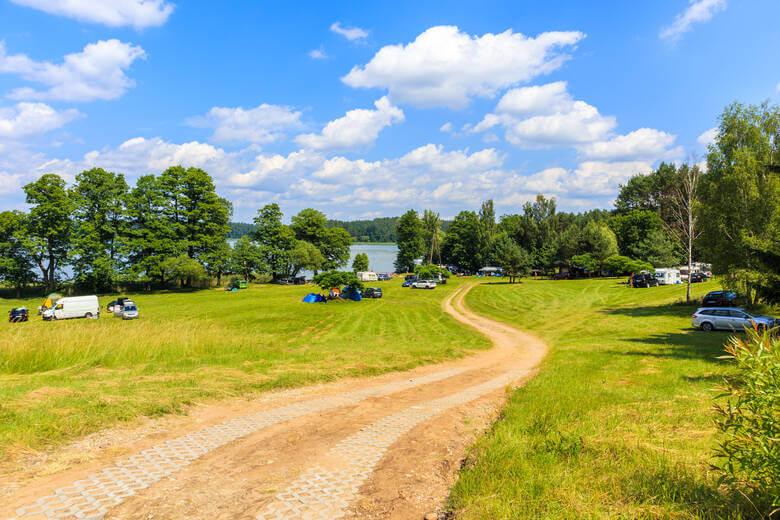 Wohnmobile campen an einem Park an den Masuren in Polen