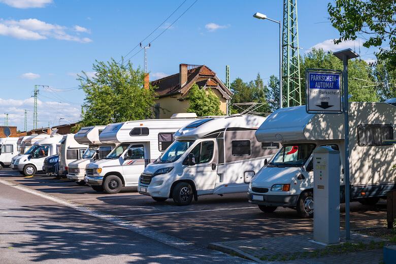 Camping in der Stadt: Wohnmobile stehen auf einem Parkplatz in der Stadt.