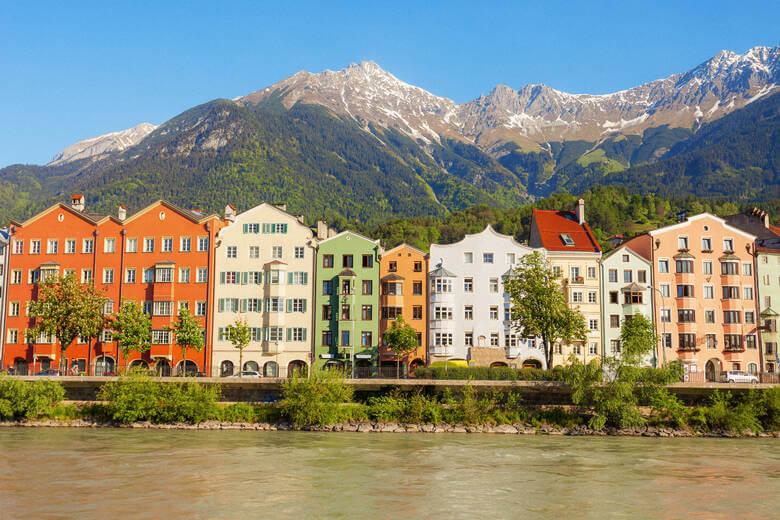 Häuser in Innsbruck vor Inn
