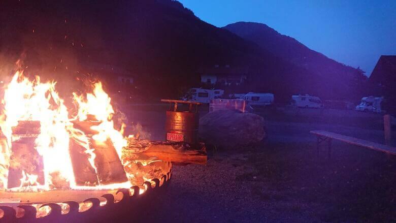 Lagerfeuer am Abend auf einem Campingplatz