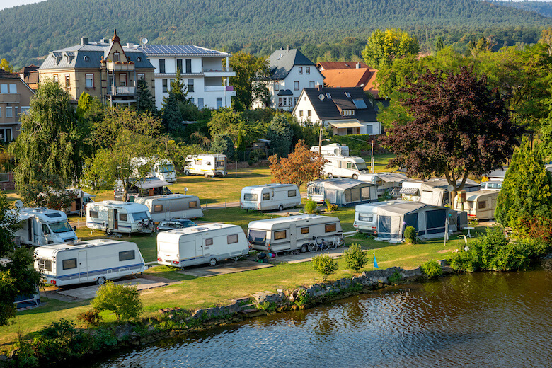 Nachhaltig Reisen: Camper stehen auf einem nachhaltigen Campingplatz